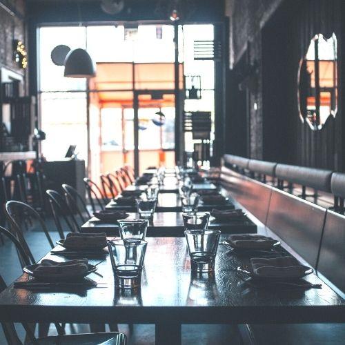 Gedekte tafels in een restaurant