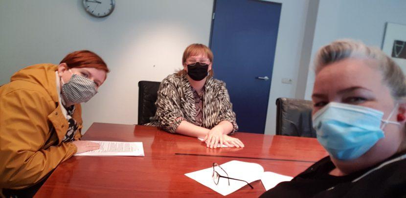 Anoesjka, Sigrid en Jenny tekenen bij de Notaris voor Stichting Dikke Vinger