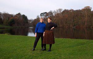 Sigrid en Anoesjka van Dikke Vinger staan in een park